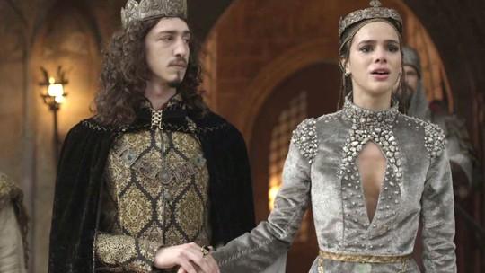 Catarina se torna rainha de Montemor e discursa ao lado de Rodolfo