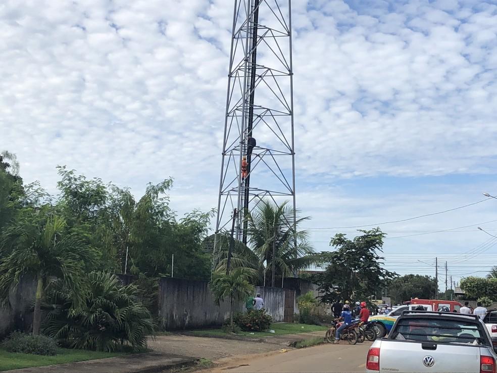 jovem foi resgatado pelo Corpo de Bomebeiros após subir em torre telefônica em Ariquemes (Foto: Jeferson Carlos/G1)