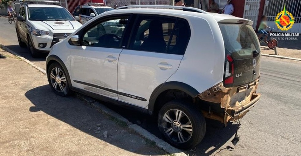 Homem é preso suspeito de usar carro roubado para atropelar policiais, no DF — Foto: PMDF/Divulgação