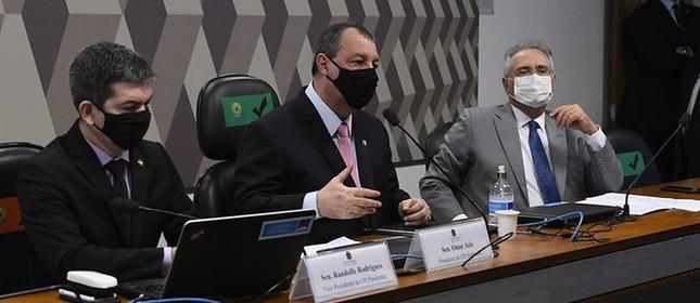 Randolfe Rodrigues (REDE-AP), Omar Aziz (PSD-AM), e Renan Calheiros (MDB-AL) na CPI da Covid