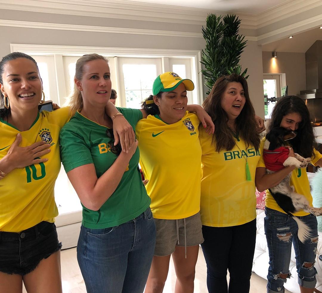Adriana Lima se reuniu com a família e amigas, como a lutadora de UFC Amanda Nunes (Foto: Reprodução/Instagram)