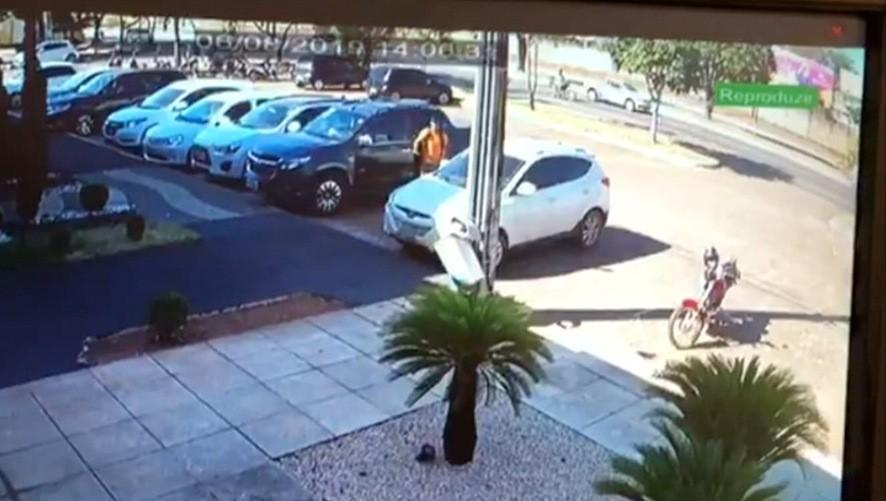 Vídeo mostra suspeito bloqueando tranca automática de carro e furtando bolsas do veículo da vítima