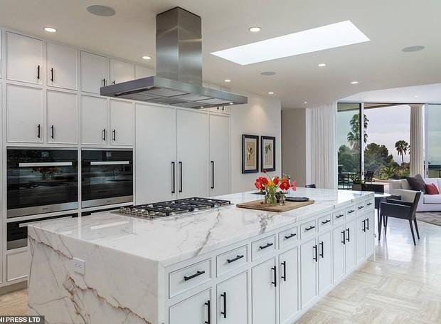 O mármore da bancada traz elegância à cozinha (Foto: MLS/ Reprodução)