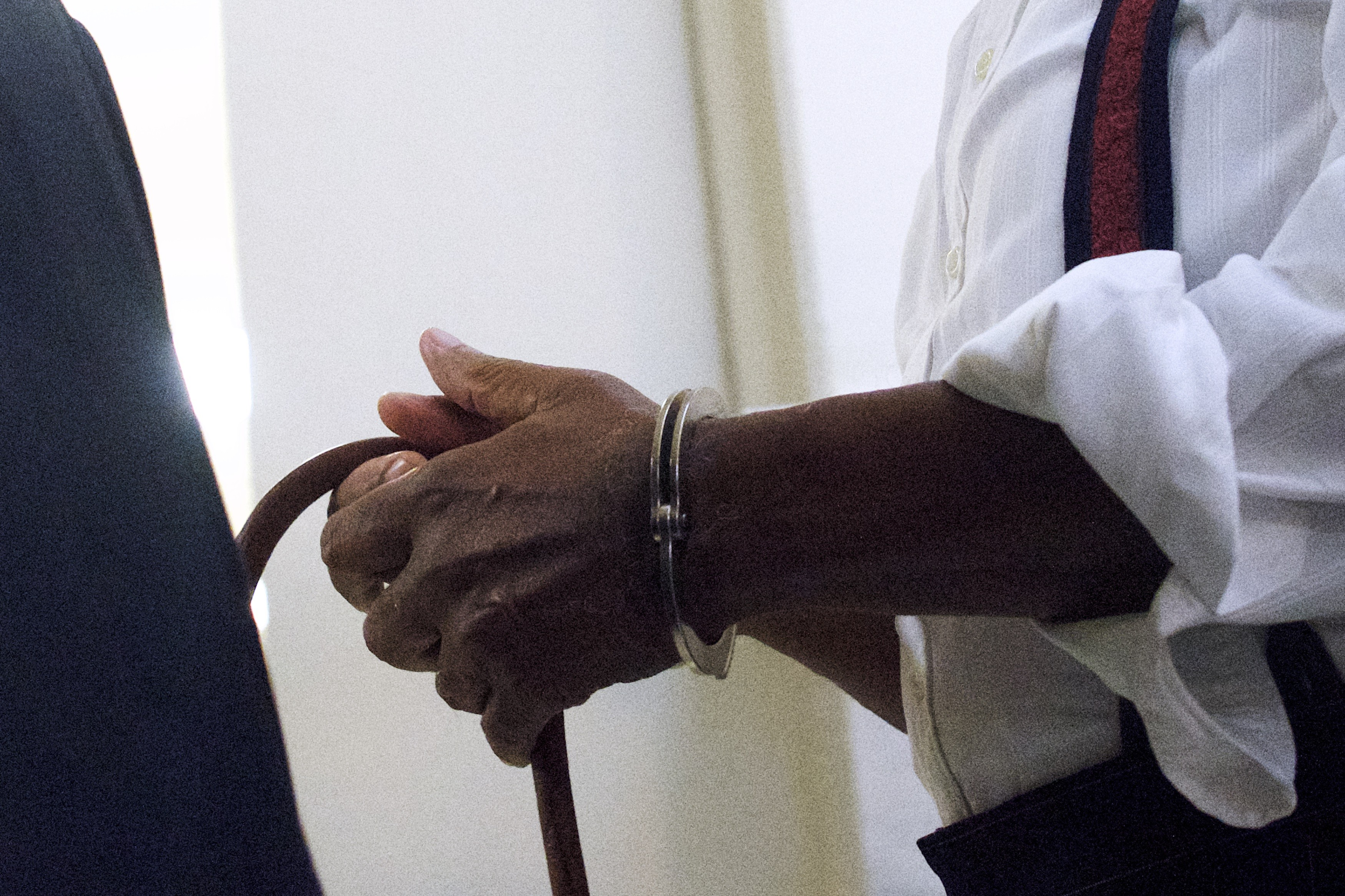 Mãos de Cosby algemadas (Foto: getty)