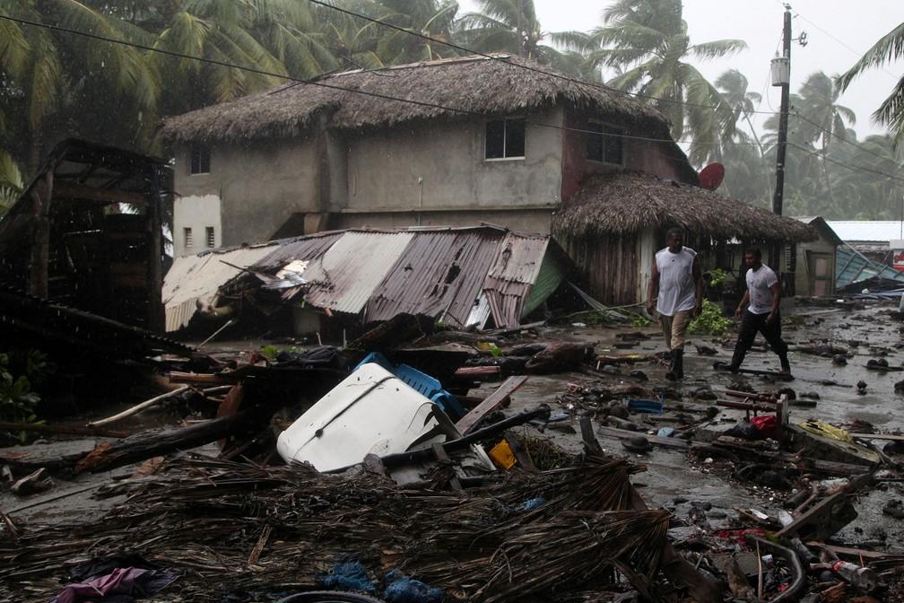 Pessoas passam por destroços após passagem do furacão Irma, em Nagua, na República Dominicana (Foto: Ricardo Rojas/Reuters)