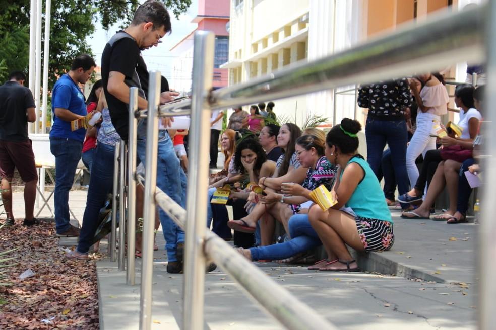 Candidatos aguardam abertura dos portões no colégio Liceu Piauiense para o Enem 2018. — Foto: Renan Morais/G1