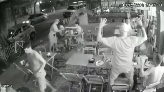 Câmera flagra assalto em bar no Flamengo, no Rio, durante o carnaval