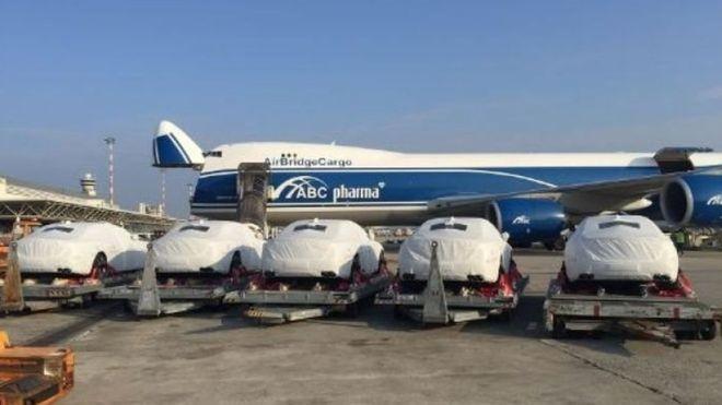 Na época do evento, fotos dos veículos chegando no aeroporto foram vistas como símbolos de desperdício de recursos públicos (Foto: AIRBRIDGECARGO via BBC)