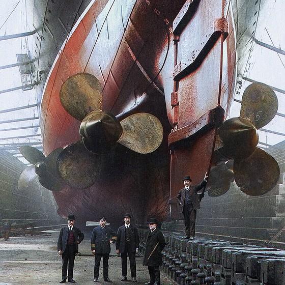 Navio Mauretania em Liverpool, na Inglaterra (Foto: COLORIZADAS POR MARINA AMARAL)