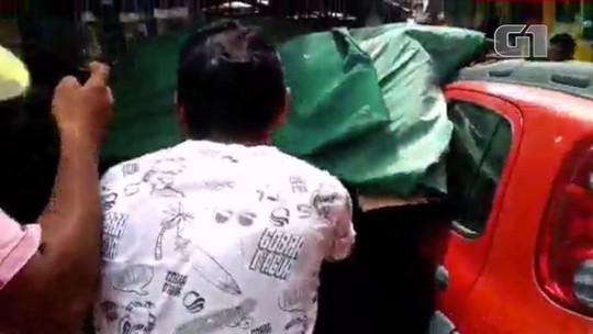 Carro invade calçadão e derruba barracas no Litoral do Piauí; veja vídeo