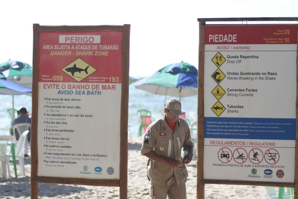 Placas na praia de Piedade, em Jaboatão dos Guararapes, alerta para ataques de tubarão (Foto: Marlon Costa/Pernambuco Press)