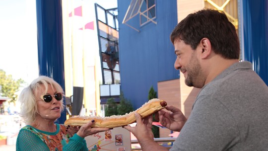 Uau! Ana Maria devora um hot dog de 60 centímetros no Universal Orlando Resort