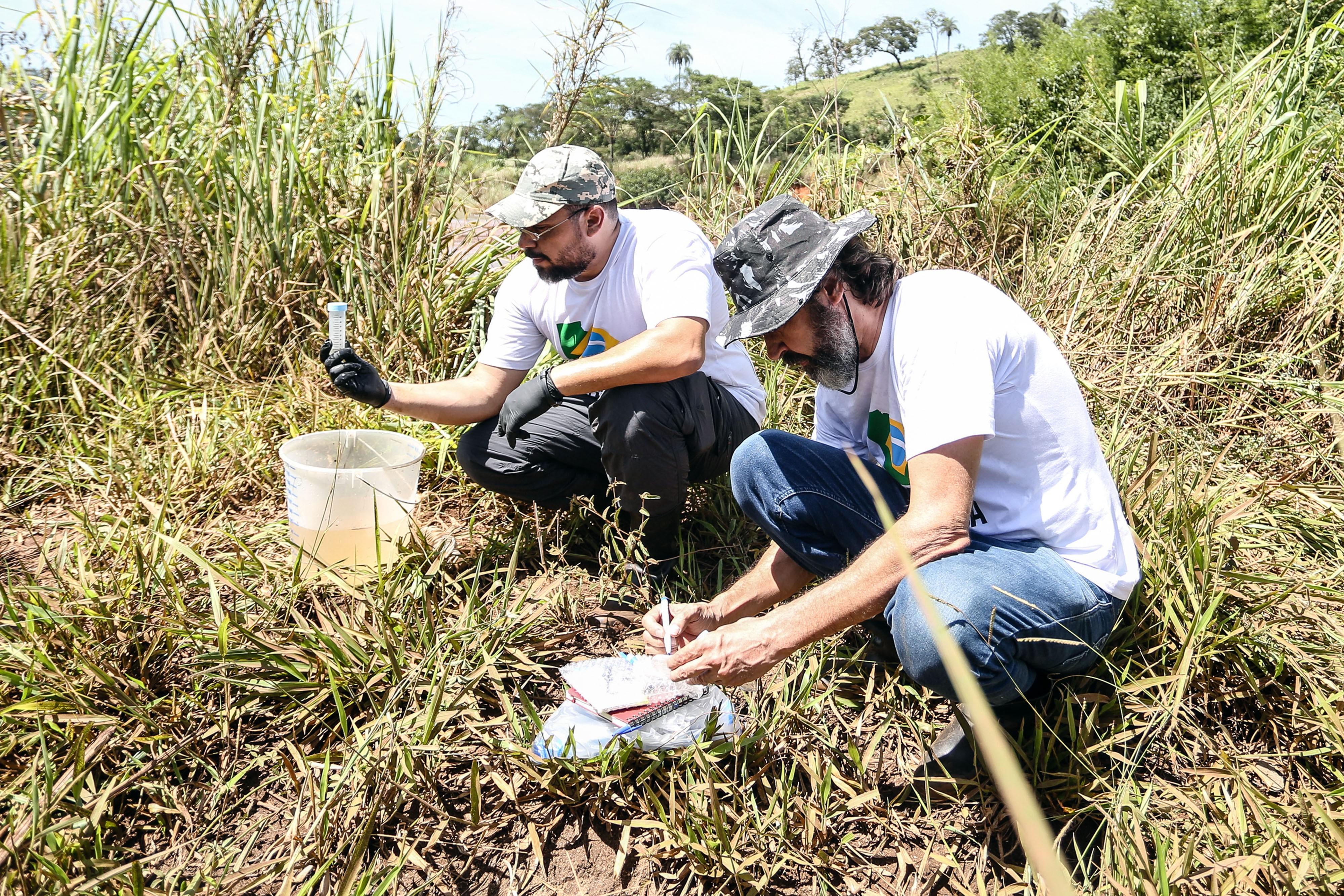 4 especialistas compõem o grupo para a expedição pelo rio Paraopeba (Foto: Gaspar Nóbrega/ SOS Mata Atlântica.)