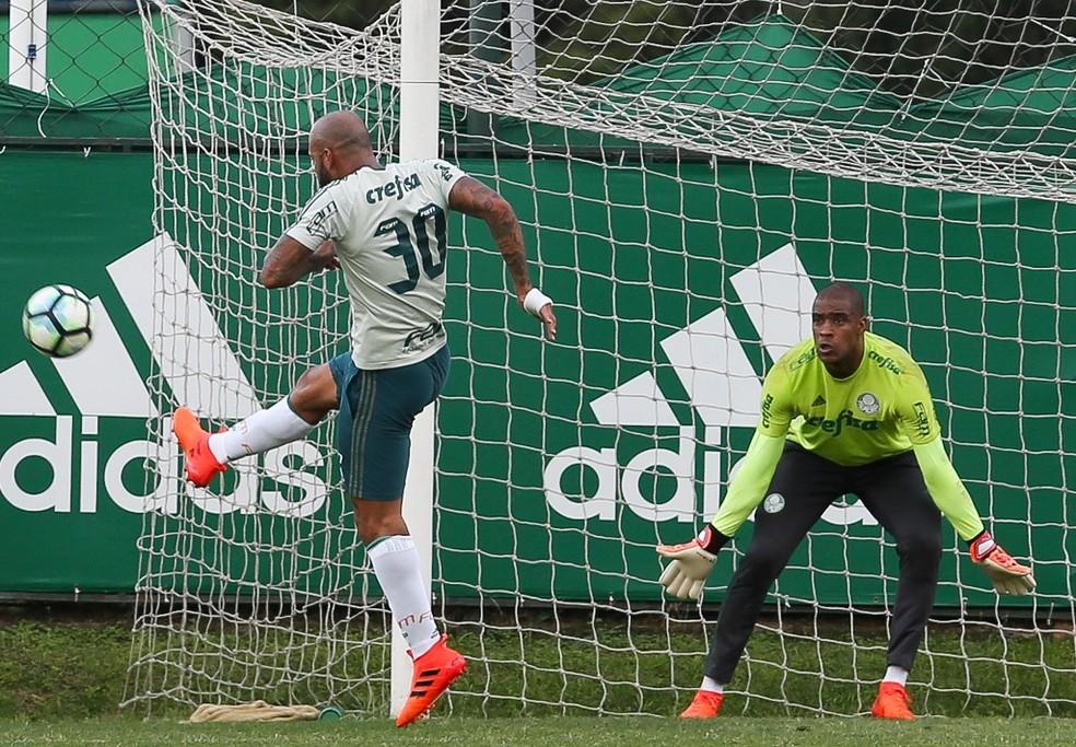 Bola para o mato: Felipe Melo não quis saber de frescura quando a bola rondou a área de Jailson (Foto: Ag. Palmeiras/ Divulgação)