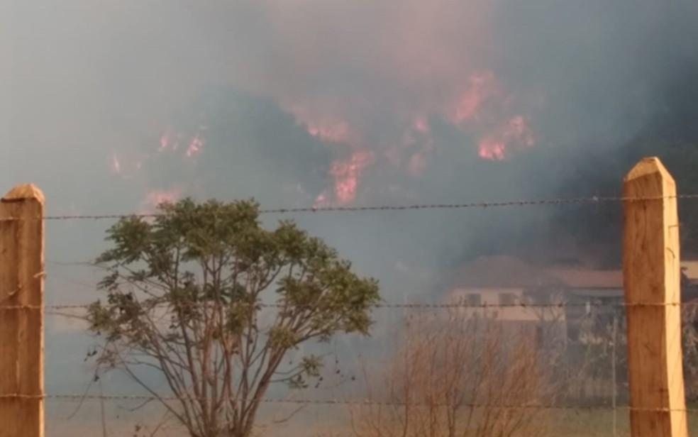 Incêndio de grandes proporções que atingiu o Pico dos Dias, em Brazópolis, MG — Foto: Reprodução / Redes Sociais