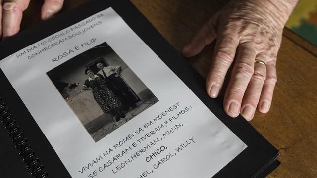 Joshua, seu pai, sua mãe e seis irmãos viviam em Moinești, na Romênia (Foto: Gui Christ/BBC Brasil)