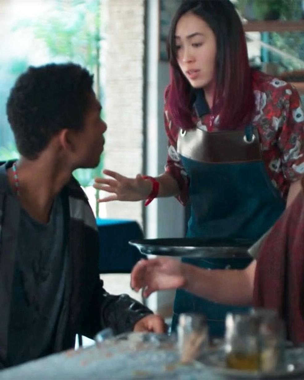 Tina (Ana Hikari) derruba suco em Anderson (Juan Paiva) em 'Malhação - Viva a Diferença' — Foto: Globo