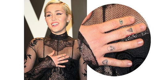 Miley Cyrus e seus dedos decorados e divertidos (Foto: Getty Images)