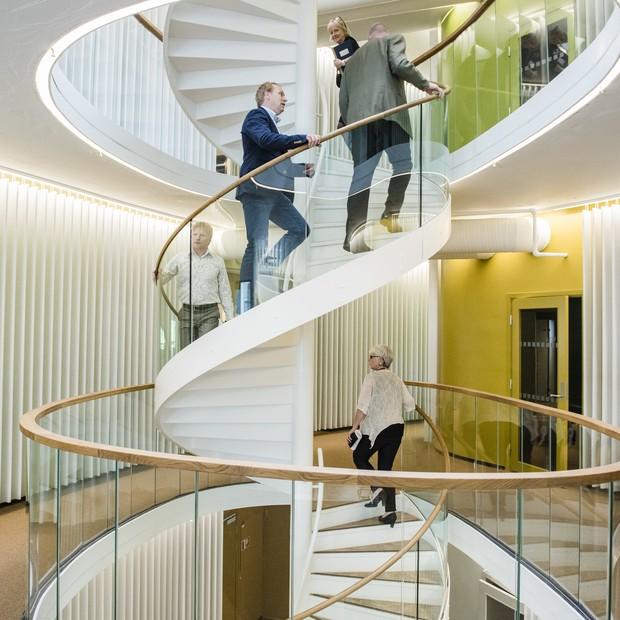 Uma escada em espiral funciona também como duto de ventilação no Kjørbo (Foto: Divulgação)