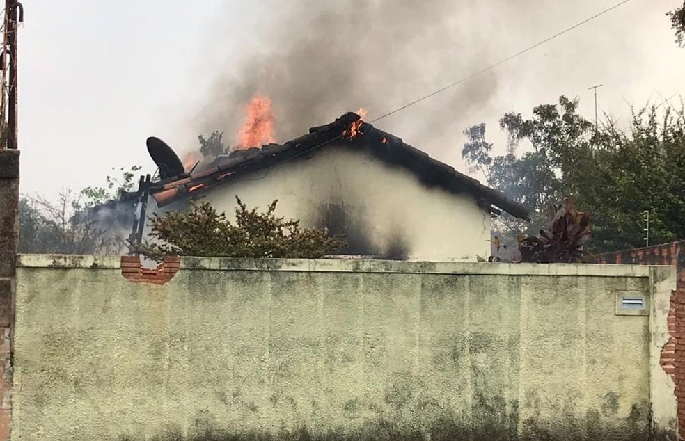 Casa foi tomada por fogo em Araraquara — Foto: A CidadeON/Araraquara
