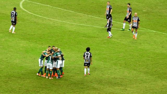Jogadores do Palmeiras comemoram o segundo gol
