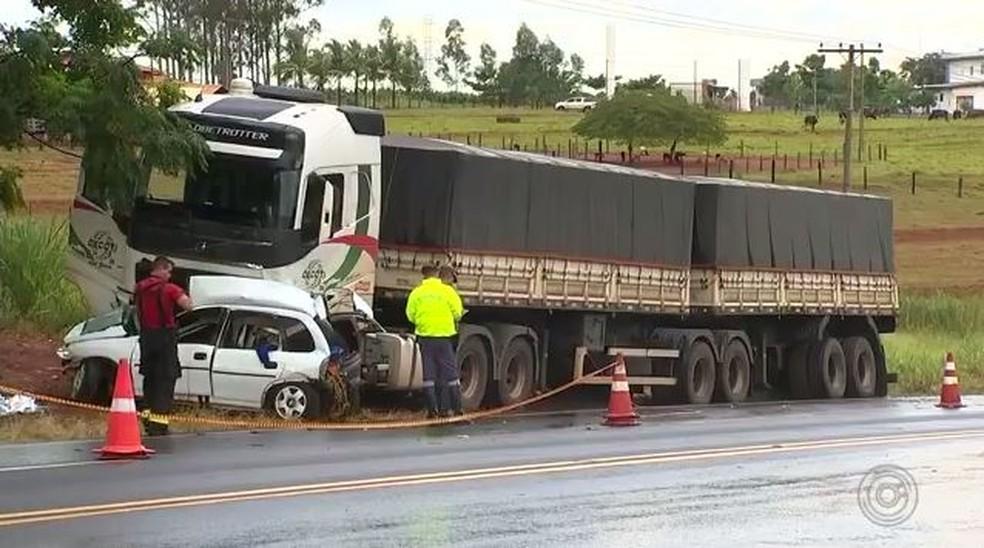 Acidente deixou dois mortos em rodovia Olímpia (SP) — Foto: Reprodução/TV TEM