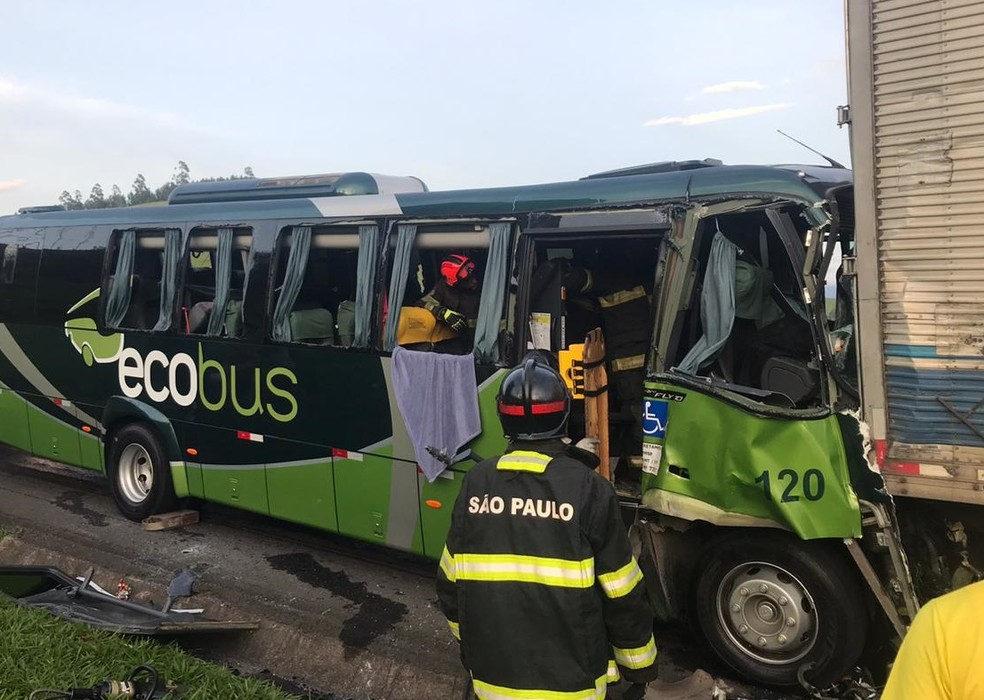 Acidente entre caminhão e ônibus deixa feridos na via Dutra em Lavrinhas, SP — Foto: PRF/Divulgação