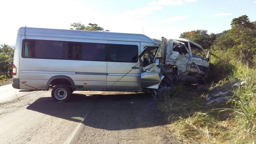 Acidente entre van e caminhão deixou 5 feridos na Bahia (Foto: Giro Ipiaú)