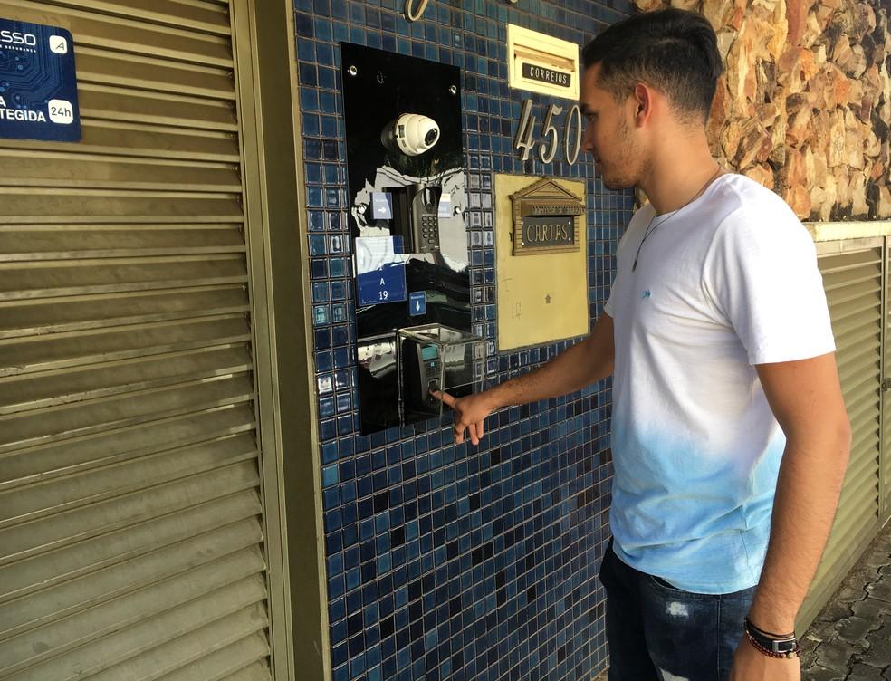Célio Borges Filho, morador de um condomínio usa o sistema de biometria no bairro Vila São João em Goiânia, Goiás — Foto: Vanessa Chaves/G1