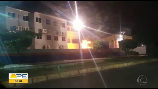 Vídeo mostra incêndio em depósito de lixo em terreno de faculdade no Grande Recife