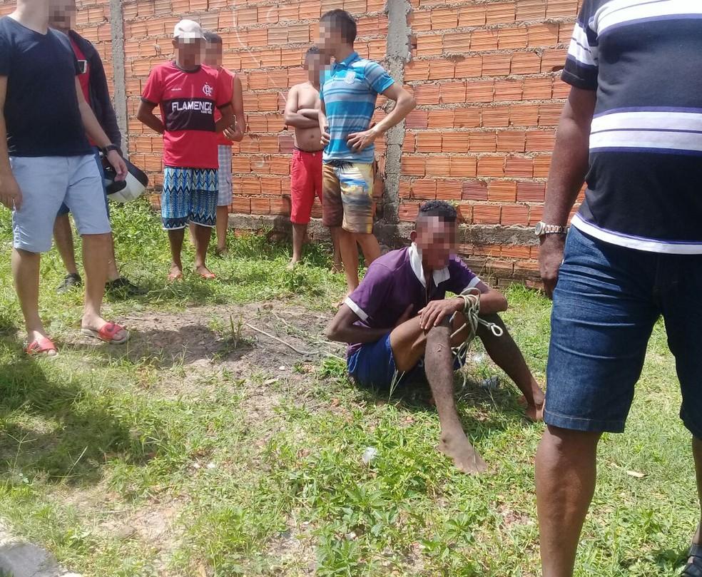 Suspeito de roubar moto foi agredido e amarrado com cordas em Teresina (Foto: Gilcilene Araújo/G1 PI)