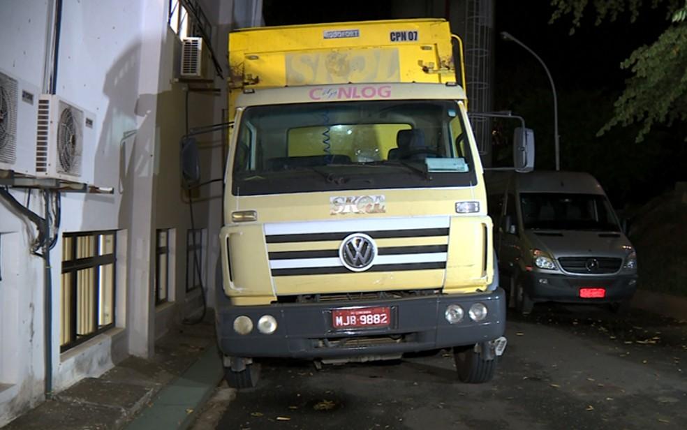 Caminhão com carga roubada de cerveja foi encontrado pela polícia em Sumaré. (Foto: Reprodução/EPTV)
