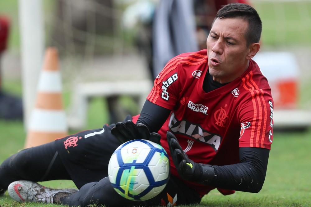 Flamengo aciona jurídico e terá segunda-feira de debates para definir situação de Diego Alves