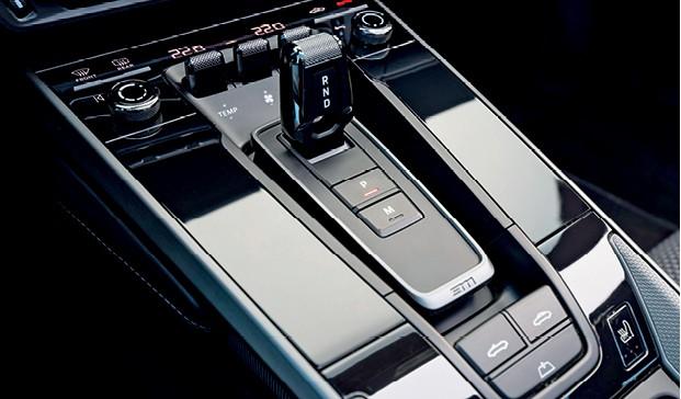 Porsche 911 Carrera S Cabriolet - O seletor de marchas é uma peça pequena e delicada cujo acionamento pode ser feito apenas com um dedo (Foto: Divulgação)