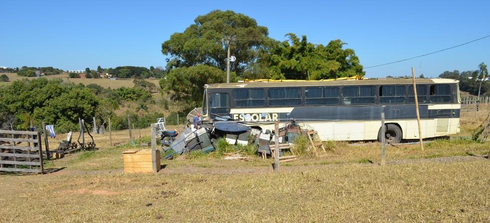 Ônibus está estacionado em um pasto de São Carlos (Foto: Raquel Baes/ G1)