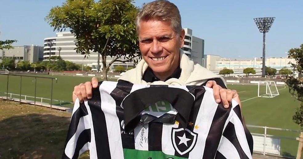 Autuori exibe camisa do Botafogo de 1995 — Foto: Reprodução/Botafogo TV