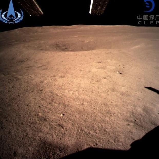 A China já compartilhou as primeiras imagens da superfície o lado desconhecido da Lua (Foto: imagemEPA/CNSA)