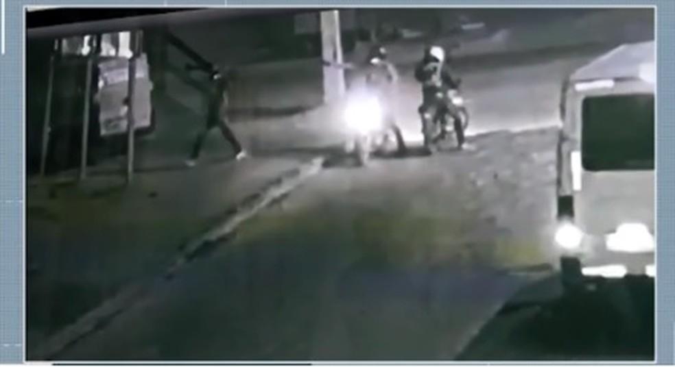 Mesmo sem reagir à abordagem, vítima foi baleada (Foto: Reprodução/ TV Bahia)