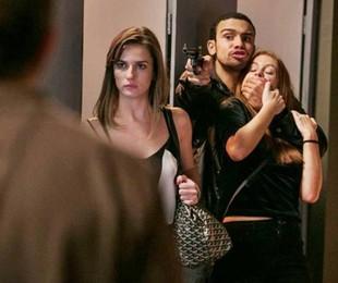 Cena em que Eliza (Marina Ruy Barbosa) é rendida por Jacaré (Sérgio Malheiros) e Sofia (Priscila Steinman) em 'Totalmente demais'   TV Globo
