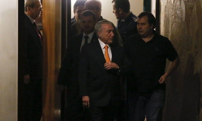O presidente Michel Temer deixa a residência oficial do presidente da Câmara, Rodrigo Maia, após jantar com ministros e lideranças (Foto: André Coelho / Agência O Globo  )