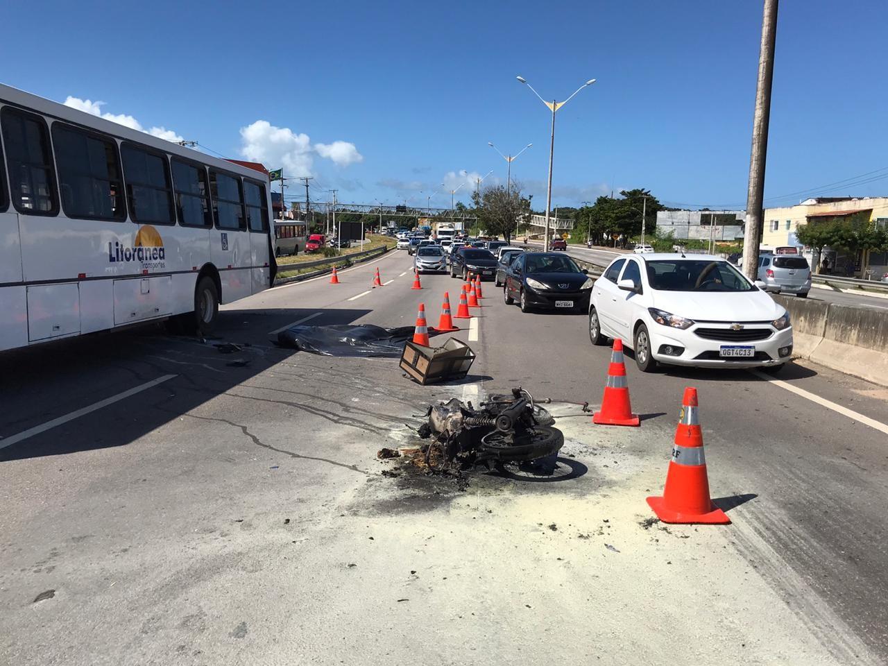 Homem morre e moto pega fogo após acidente com ônibus na BR-101