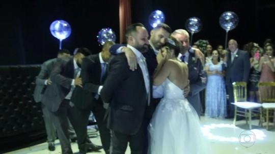 Cadeirante recebe ajuda para dançar valsa com a noiva em casamento