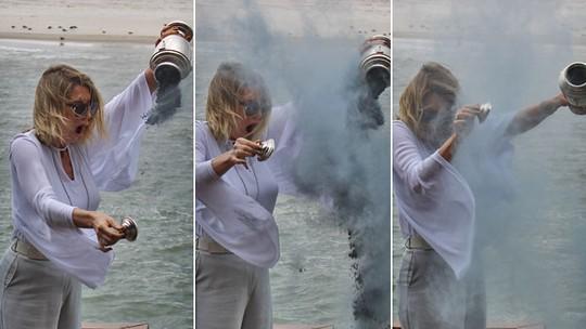 Soraya tem surpresa ao despejar cinzas do pai no mar