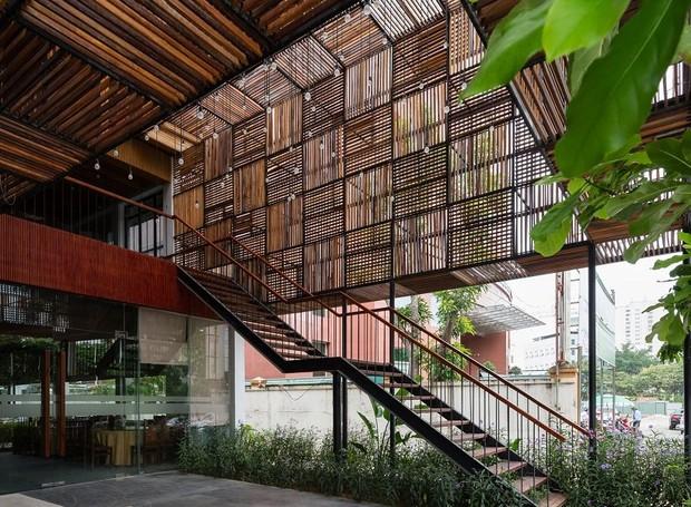 Uma escada leva os hóspedes ao lobby (Foto: Quang Dam/ Designboom/ Reprodução)