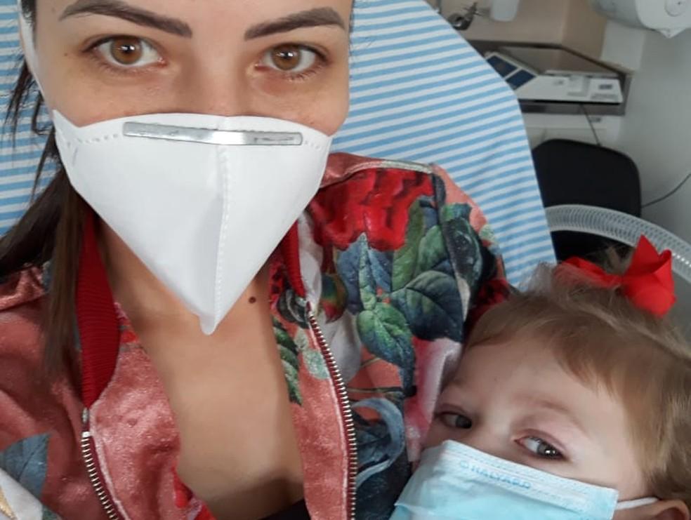 Ester, cardiopata, e a mãe, no isolamento. As duas foram contaminadas por coronavírus e se curaram. — Foto: Arquivo pessoal.