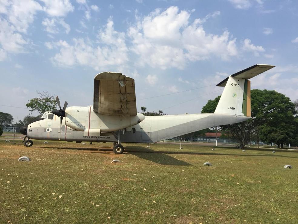 Réplica do avião Búfalo que está localizado no centro da Base Aérea de Campo Grande — Foto: Flávio Dias / G1 MS