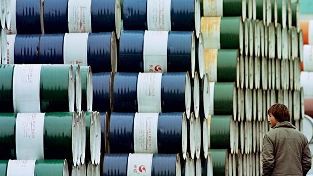Mercado;Petróleo;Energia;Depósito de barris, em Xangai (Foto:  AP Photo)