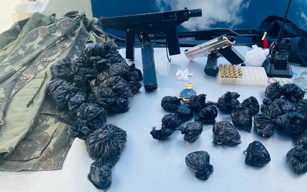 Metralhadora, pistola, munição e drogas foram apreendidas — Foto: Divulgação/SSP-BA