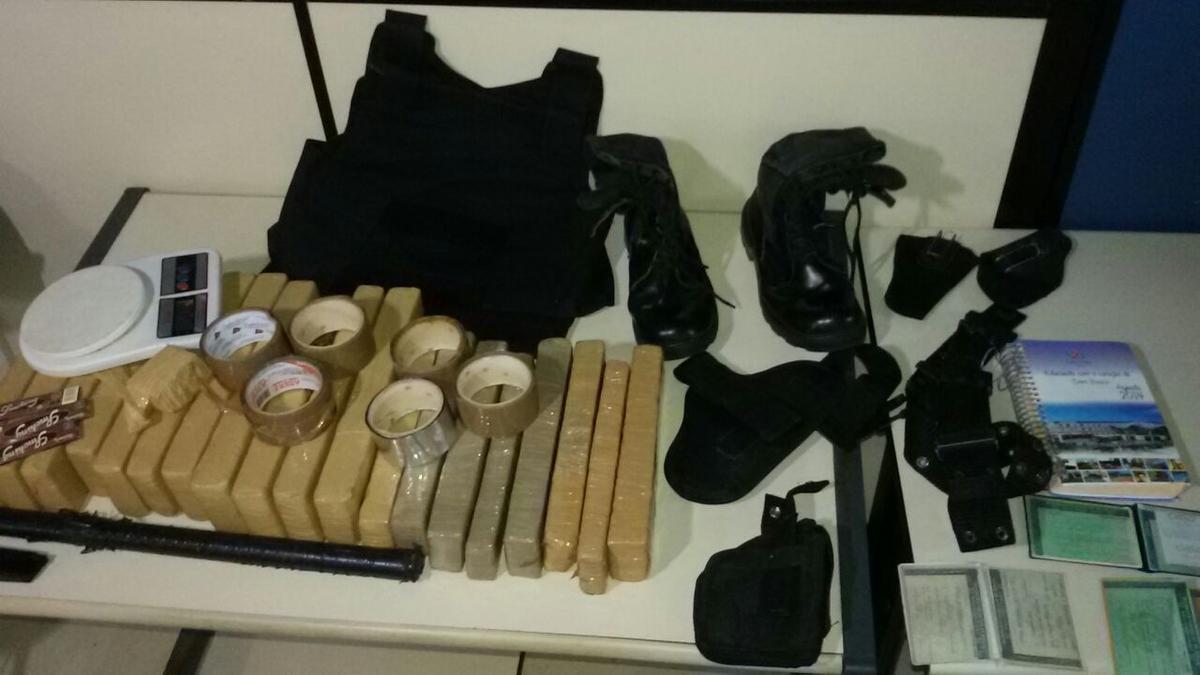 PM apreende cerca de 20 kg de maconha, colete à prova de balas, carro roubado e material do tráfico em Campos, no RJ