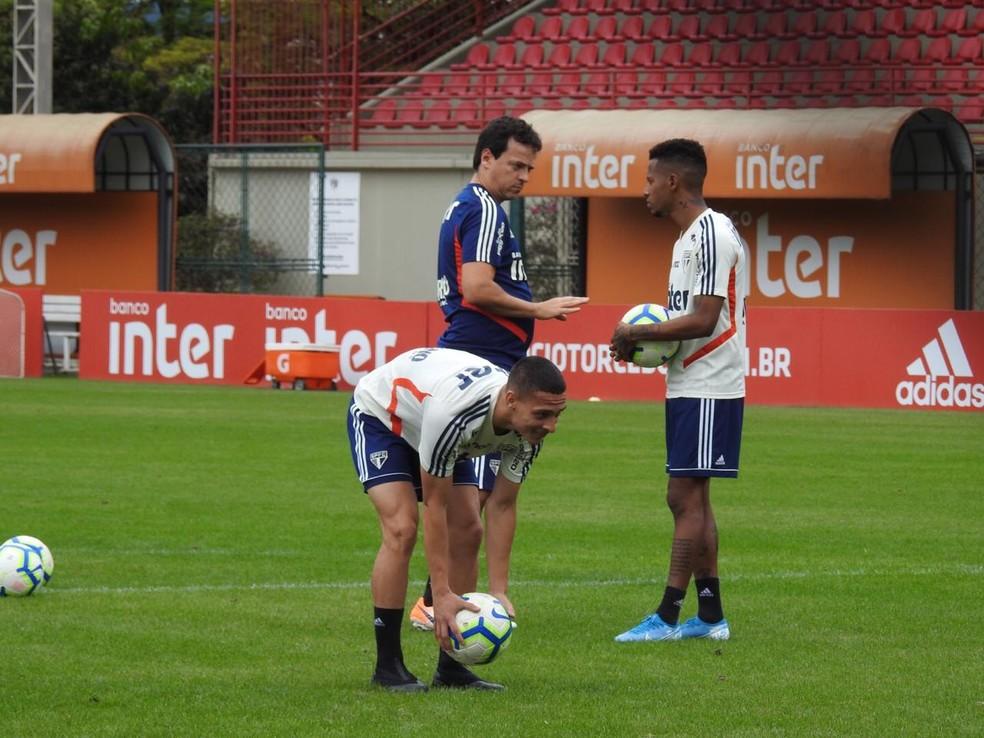 Fernando Diniz conversa com Tchê Tchê, que foi seu jogador no Audax — Foto: Marcelo Hazan